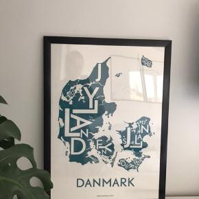 Danmarkskort fra Kortkartellet. Nypris for plakaten er 399 + 100 kr for rammen.  Pris for plakat inkl. ramme 225 kr.