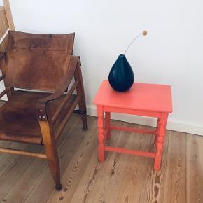 Smukt lille retro bord / skammel i egetræ 🌳 malet en smuk lyserød farve. Skamlen er af ældre dato, men malingen er ny, og den står derfor super flot 🌷 kan bruges som sidebord eller sofabord ☕️ eller måske sengebord - kun fantasien sætter grænser 🙌🏼 måler ca. 45 cm i højden, 40 cm i længden og 26,5 cm i bredden. Flere billeder kommer imorgen. Stol og vase sælges ikke!  Bemærk - afhentes ved Harald Jensens plads. Bytter ikke 🌸  ⭐️  Skammel retro loppefund bord lille sofabord sofa side eg egetræ træ malet pink lyserød koral coral maling moderne nat