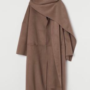 Str. L En lidt oversize frakke i uldblanding med halstørklæde detalje.