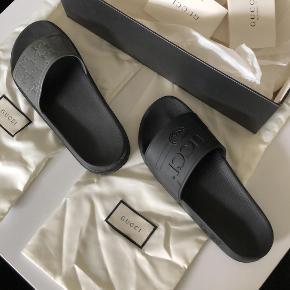 Jeg sælger mine 2 Gucci slippers, da jeg har fået et andet par selv.  De sorte er lidt brugt, og er størrelse 42. 800kr.  De grå er splinter nye og størrelse 41.