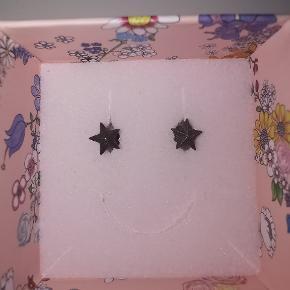 Sælger disse fine stjerneøreringe fra Line & Jo.