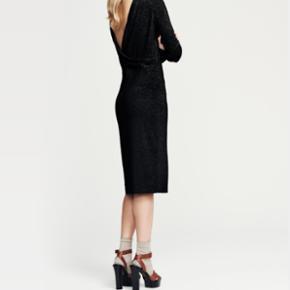 "Malene Birger Kakuh kjole // str M Sort lang kjole med ""glimmer"" og fald på ryggen Brugt én gang  Nypris 1599 kr"