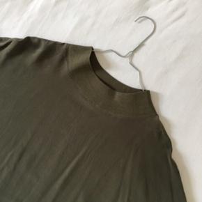 Den fineste bluse i 100 % silke i den flotteste armygrønne farve.  #trendsalesfund