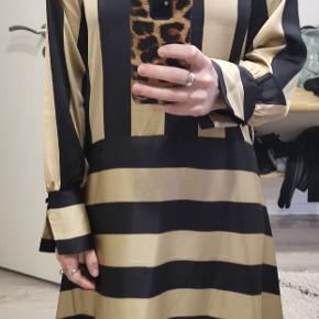 Overvejer at sælge denne, da jeg har kjoler nok :))) aldrig brugt, stadig med prismærke. Nypris 1000kr. Stadig i butikkerne