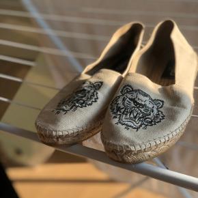 Sælger disse sommerlige sko fra Kenzo. De er ikke brugt særlig meget.  Købt i Illum i København men kvittering haves desværre ikke længere