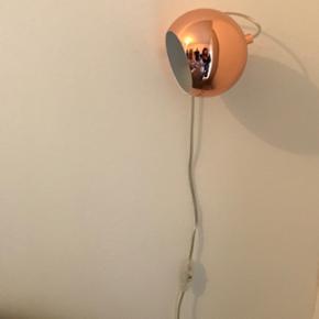 2 x væglamper   Jeg sælger to lamper. Lamperne er let justerlige, da selve lampen sidder fast på vægbeslaget med magnet - så lampen kan drejes i alle ønskede retninger :-)   De fremstår fuldstændig som nye.   Nypris: 1200 kr