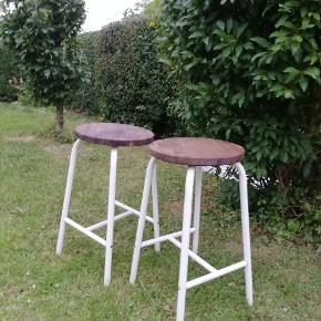 Mega lækker barstole. Metalstel med træ sæde. Højde 62,5 cm og dia 34 cm. Pris pr stk