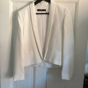 Fin hvid blazer som kun er brugt en enkelt gang🙋🏼♀️ MP 150kr (køber betaler for fragt)