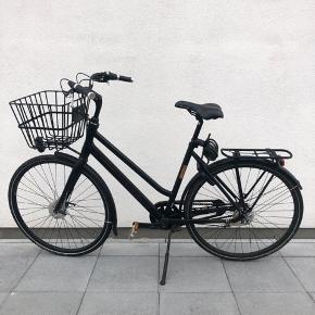 Batavus Harlem damecykelsælges. En virkelig flot damecykel, som er i rigtig god stand. Den sælges fordi jeg har fået ny. Cyklen har 7 gear, fyldig kurv, bagagebærer, forlygte, baglygte, kædelås og håndbremser. Sædet har en lille revne, men med overtræk ligger man ikke mærke til det. Købt i 2016, np 6500,-