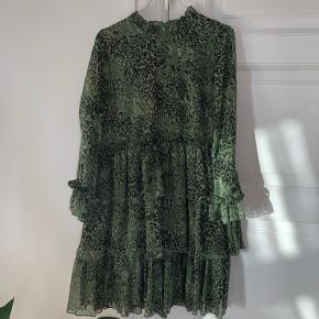 Y.A.S kjole i flot grønt mønster. Passes af 36-38. Fine flæse detaljer