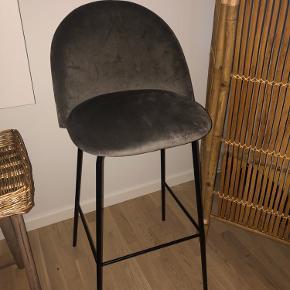 Helt ny barstol i grå velour fra Jysk. Stolen er et fejlkøb, og er derfor aldrig brugt - købt i September til 500 kr. Afhentes på Østerbro :-)  Byd gerne