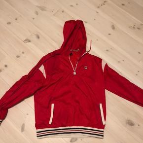 Rød fila jakke sælges da den ikke bruges længere. Pris 400kr Er åben for bud. Køber betaler fragt.