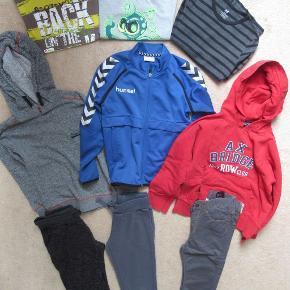 Tøjpakke til dreng i str 122-128. Alt er meget vedligeholdt, bukserne brugt få gange, som nye.  - T-shirts ( 2 stk.) - Langærmede bluser ( 1 stk.) - Bukser ( 3 stk) - Trøje ( 1 stk) - hættetrøje ( 2 stk)  Tøjet er fra ikke ryger hjem/ heller ikke husdyr.  Sendes med DAO 45 kr