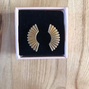 Vingeformede øreringe fra Enamel i guldbelagt sølv. Øreringene er brugt få gange og fremstår derfor som nye.