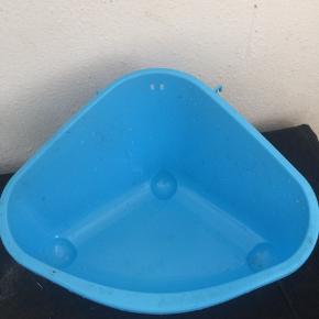 Hjørnetoilet til kaniner, der er blå og er et store toilet, Sælge fordi mine kaniner ikke kan lide at bruge det..
