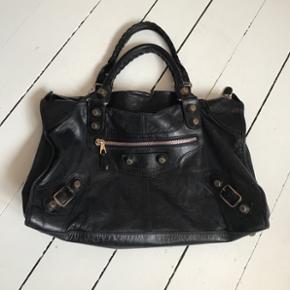 Jeg sælger min Balenciaga Work taske i sort med rosegold hardware, da jeg ikke bruger den nok. Tasken er i flot stand. Har lidt brugstegn på håndtag 😊 Den er blevet farvet sort fra mørkeblå - smitter ikke af!