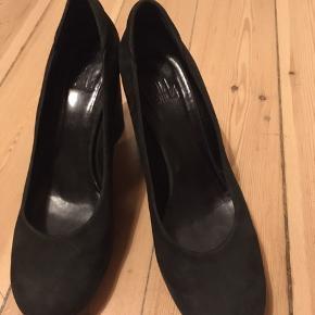 De er næsten som nye, jeg har kun brugt dem et par gange. Super behagelige at have på. Jeg går desværre ikke så ofte med høje sko, derfor sælger jeg dem