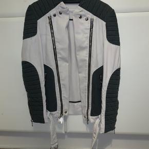 TAGER IMOD BUD  Den velkendte balmain jakke Med en ny pris på 2785 $ (ca. 18.000kr) super fed i en str L. God stand, det støv der er på skulle kunne klare ved at sende den til rens..