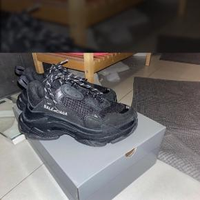 Balenciaga Triple s all black.                                   Cond 9.