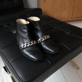 Støvler fra Gardenia. Brugt et par gange. Nypris 1400,- sælges for 300,- Kan afhentes i Valby eller sendes for 40,-