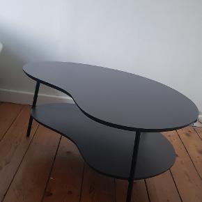 Virkelig flot bønnebord. Købt i Designer Zoo.  Mørk grå bordplade. Den model de kalder 'Stor bønne med lav hynde' Den måler ca 45,5cm i højden, ca 98,5cm i længden og ca 70cm i bredden. Små brugsridser i pladen. Har kvittering. Skal afhentes på Vesterbro i København.