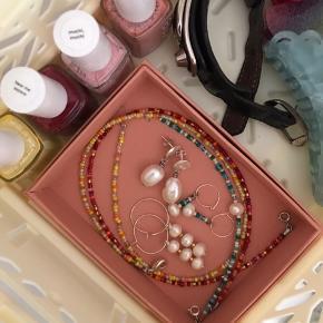 Hjemmelavet smykker i alle regnbuens farver. For flere billeder, tjek min Instagram; pearlsbyll.  Perlekæder, armbånd og øreringe laves unikt, efter bestilling 💜💚🌸💓💛🧡 priser mellem 75kr - 200kr. Skriv for flere spørgsmål.