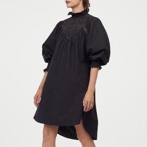 Fin kjole med broderie fra H&M sælges. Den er brugt et par gange.