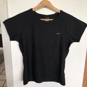 Figursyet træningstrøje fra Nike Dri-FIT, med ingen tegn på slid.  I den står der at det er en str. XL, dog passer den str. S - M. Kan sendes på købers regning.     #trendsalesfund