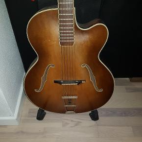 Gammel höfner guitar.