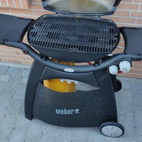 Weber Q3000 gasgrill i perfekt stand. Kun få måneder gammel og brugt ganske få gange. Sælges da vi flytter i lejlighed. Sælges komplet med nyere 11 kg gasflaske, stadig med rest indhold, så helt klar til afhentning og brug.
