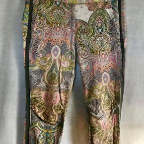 Smukke bukser i den kendte facon fra GUSTAV. Smukke farver / mønstre.  To skrålommer foran og to pyntelommer bagpå. Grå galeoner. Lynlås ved ankler.  Brugt sparsomt - velholdte. Oprindelig købspris 1100,- Sender gerne på købers regning : DAO 39,-