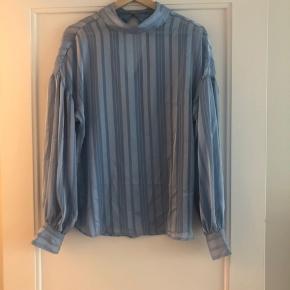 Gennemsigtig fin bluse i skinnende lyseblåt stof
