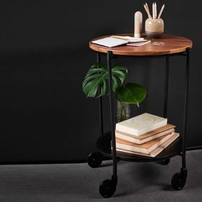 Rullebordet er designet i samarbejde med den danske designduo Steffensen & Würtz med høj funktionalitet for øje. Øverste del af bordet kan justeres, så det kan tilpasses de to forskellige bakker fra SACKit. Bakken kan let løftes af og på bordet, hvis du eksempelvis har anrettet en lækker servering til dine gæster.  Bakkebordet er fremstillet i bukkede metalrør med en mat pulverlakering. De rå materialer giver designet kant og personlighed. Bordet har fire hjul, som tilføjer et eksklusivt touch samt gør bordet super let at flytte rundt i huset efter behov.   Helt nyt  Nypris 2300kr
