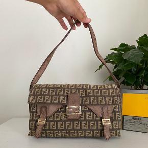 Lidt om tasken 👜 Lille unik Fendi baguette i en lys brun farve med det ikoniske zucca monogram.  Der medfølger autencitetskort til tasken.   Stand 💬 Tasken er god men brugt, der er lidt generel slid på tasken samt slid ved læderdetaljerne. Men den holder sig super fint.   Autencitetsgaranti ☀️ Alle tasker autencitetstjekkes inden salg, ud fra nogle specifikke indikatorer afhængig af taskens mærke. Du kan derfor være tryg ved, at du investerer i et autentisk produkt når du køber her!  Kun seriøse bud tak! Mængderabat gives ved køb af flere ting!