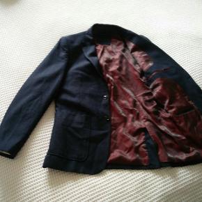 Mørkeblå blazer fra Selected Homme i fedt materiale, der får den til at stikke ud fra mængden 😎  Kan afhentes på Nørrebro eller Ydre Østerbro eller sendes, hvis modtager betaler porto 😊