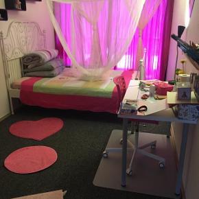 Pige værels, seng og skrivbord.