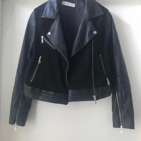 Super fed skind jakke  Mix med blød læder og ruskind  Str 10= 38/40 Ny pris 2500 kr