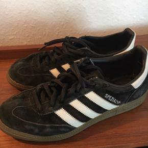 Sælger mine Adidas specials, da jeg ikke passer dem længere. De er brugt en del men synes ikke man kan se det.  Sælges billigt da jeg er ved at rydde op.