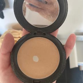Blot pressed powder fra Mac