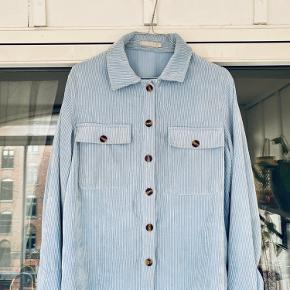 Tekstilet er vævet, så det minder om fløjl. Flot look. Svag plet på venstre side, som jeg pletfjerner inden salg.