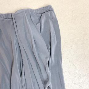 Designers Remix grå nederdel med elastik i taljen og drapering, i tyndt viscose-lignende materiale (der står ikke hvad det er).