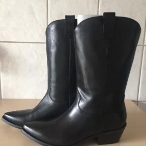 Rigtig lækker 3/4 lang støvle i cowboy look fra Apair.  Hælhøjde 5 cm Købspris 2999,-