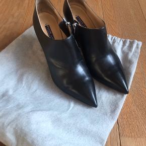 Flot eksklusiv heels fra Purple linjen. Ganske lille hak i læderet på hælen men kan repareres med lidt lim.