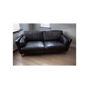 ' Mogens Hansen sofa '  #SundaySellout  - Designer sofa  - Vintage look - Trendy - Håndlavet  - Polstringen er så god som ny, og den er derfor blød og meget behageligt at sidde i.  - Kan pudses op med møbelmaling, så den bliver sorter - Fra røgfrit hjem   Fakta: - 2 1/2 personers  - Sort læder  - Model 982 - Har  patina, det sorte læder er falmet som det ses på billede 2, hvilket gør sofaen mere rustik  - Længde: 190 cm - Højde: 80 cm - Bredde: 85 cm  Billeder og inspiration: - Nr. 1 billede er et billede af denne sofa  - Resten af billederne er ikke mine men inspiration til indretning af denne rustikke sofa trend.