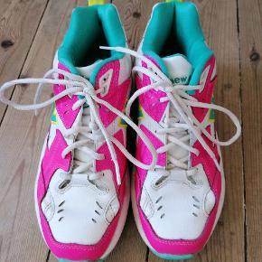 Der er et meget lille hak på den ene sko, kan ses på sidste billede ellers fejler de ikke noget. Hvid læder og 3 fede neon farver.  Sælger da jeg har for mange sko. Køber betaler fragten samlet pris 266 😇