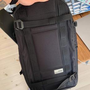 """Sælger min Douchebags rygsæk """"The Backpack"""". Perfekt som skoletaske, kamerataske mm. da den har mange rum. Nypris 1500, sælges for 1200. Fremstår som ny."""