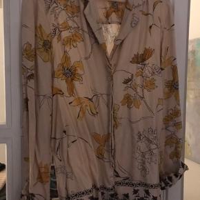 Smukkeste jakke i str 34, men passer alt op til lille 38. Så fint print. 100 pct viskose.  Sælges kun til prisen.  Køber betaler Porto.