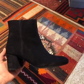 Har gået med disse flotte støvler én gang, og sælges da jeg desværre ikke får dem brugt. De er i super stand stadig :)  Nypris var 999,  Mp er 400   Jeg sender gerne for 30,- 😊
