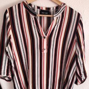 Skjorte bluse i str m. Ærmer til under albuen. Har 2 knapper ved V-udskæringen.