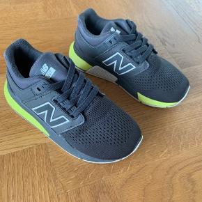 Super smarte sko fra new balance i str. 31. Løsnet en lille smule ved snuden, har ikke kunne undgås. Super flotte, fremstår i flot stand.